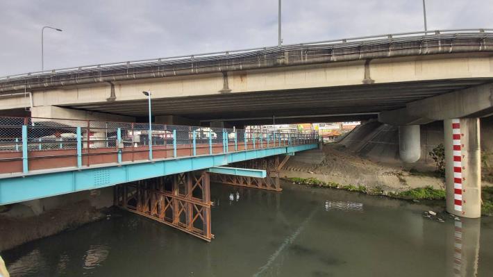 搭設鋼便橋