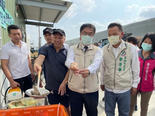 圖2 市長黃偉哲見證室內養殖結合綠能設施,專業養殖產出高品質白蝦