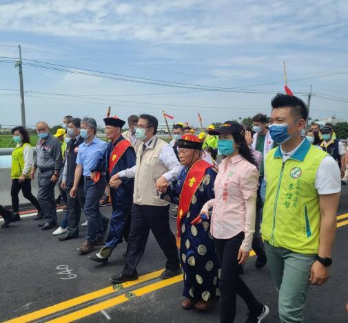 當地居民歡喜和市長黃偉哲一起步行新建橋梁