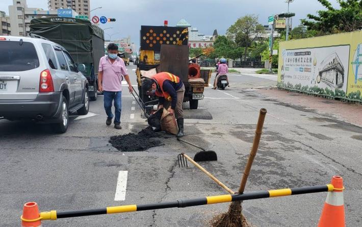 道路出現坑洞及破損現象