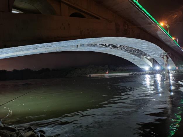 橋下投射燈