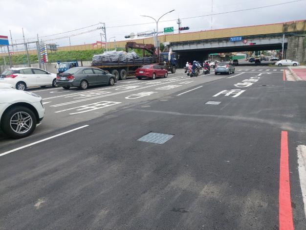 提升直行及右轉車輛儲車空間