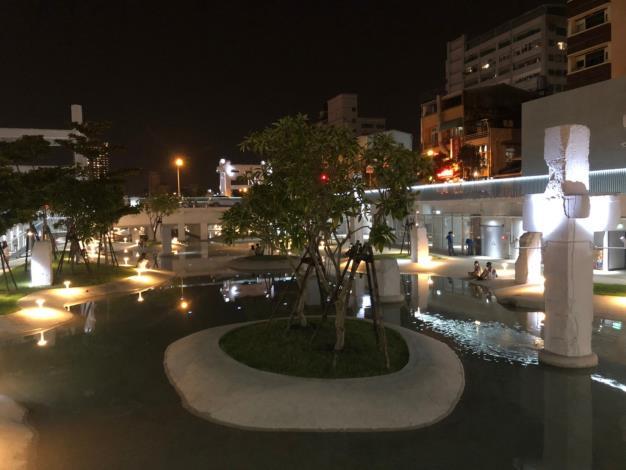 河樂廣場中秋前夕水月恬靜儷影雙雙好不浪漫