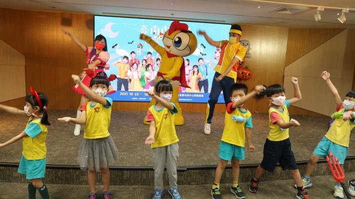 YOYO家族明星與臺南市政府員工子女非營利幼兒園學童一起跳舞.JPG