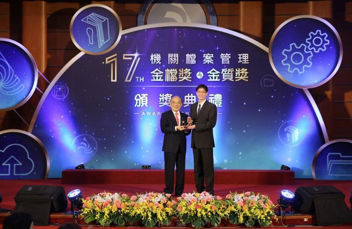 市府秘書處檔案管理獲肯定! 科長李世哲榮獲「第17屆機關績優檔案管理人員金質獎」!