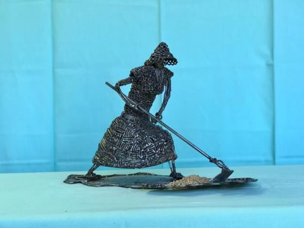 21-林允力鋼雕作品-耙稻米