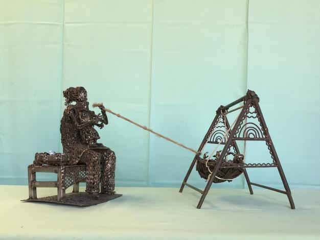 06-林允力鋼雕作品-推動搖籃的手