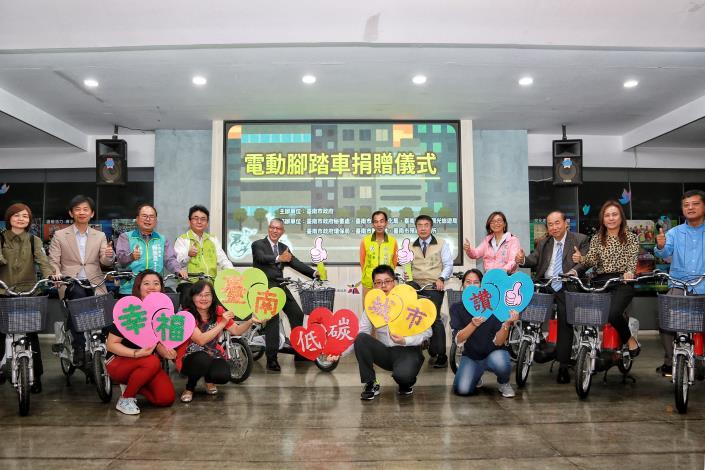 市長出席紙風車劇團代捐贈電動腳踏車記者會合影