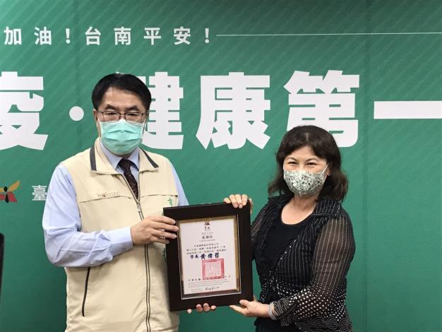 黃市長感謝米森國際公司捐贈「防疫消毒門」1座-1