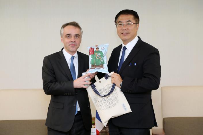 市長致贈法國代表紀念品