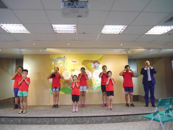 Tainan elementary students perform English songs.