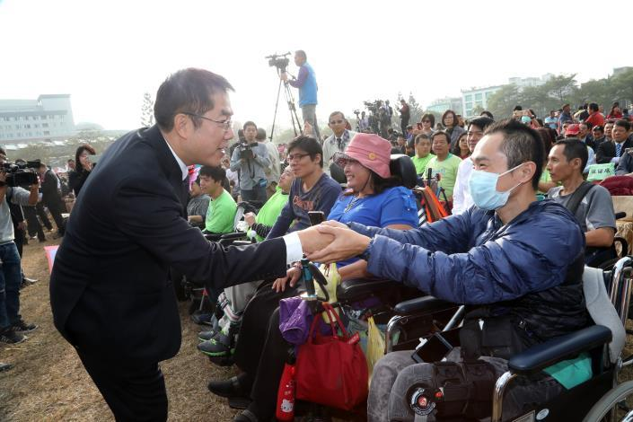 Mayor Huang greeted the citizens