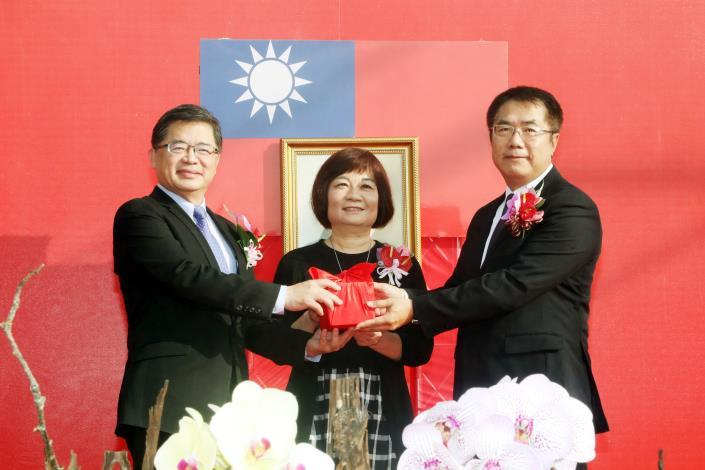 Mayor Huang received the office seal from outgoing Mayor Li Men-yen