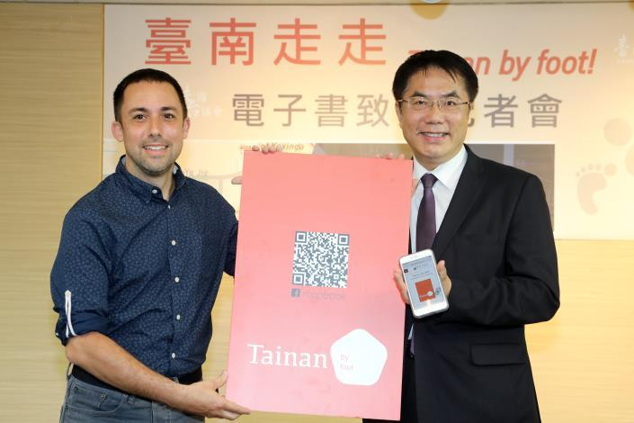 Sicaud presented the Ebook to Mayor Huan