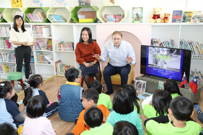 Slovak Representative Couple Shares the Joy of Reading with Local Children-4