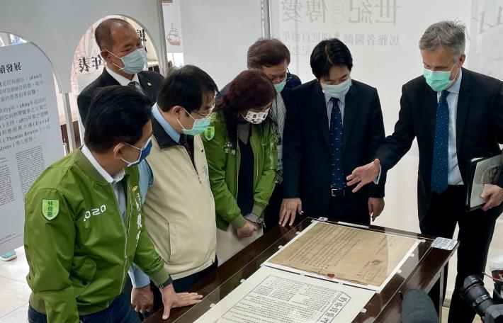 Tainan Mayor Huang Wei-che, Vice President William Lai, and British Office Taipei Representative John Dennis Jointly Honor Dr. James Laidlaw Maxwell at His 100th Death Anniversary 1