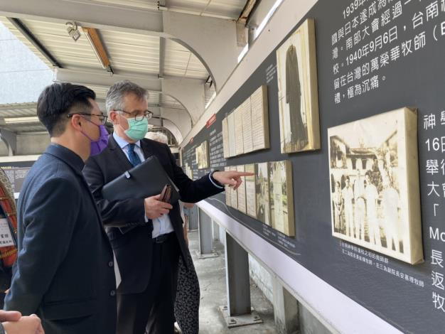 Tainan Mayor Huang Wei-che, Vice President William Lai, and British Office Taipei Representative John Dennis Jointly Honor Dr. James Laidlaw Maxwell at His 100th Death Anniversary 4