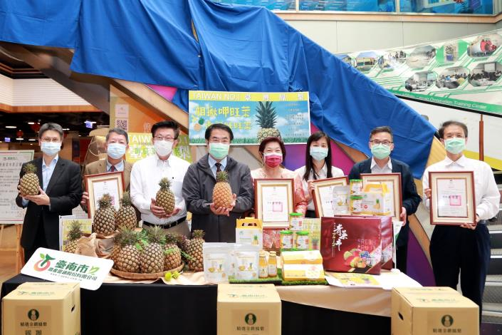 Mayor Huang Wei-che Promotes Multiple Marketing Channels for Tainan's Pineapples as Peak Harvest Season Approaches 4