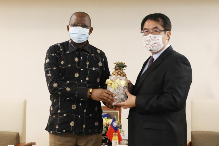 South African Representative Seraki Matsebe Visits Tainan Mayor Huang Wei-che 1