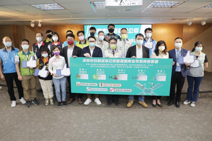 Tainan Team of Self-driving Buses Signs Letter of Intent.  Mayor Huang Hopes Autonomous Bus Operations Can Be Transferred to Private Sector As Soon As Possible 3
