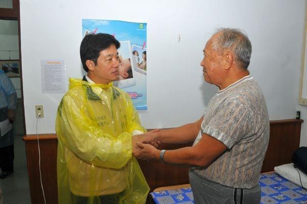 101年6月20日賴市長探望南化區災民安置所