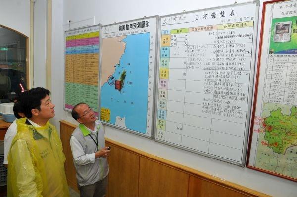 101年6月20日賴市長前往南化區公所聽取區長報告災情狀況
