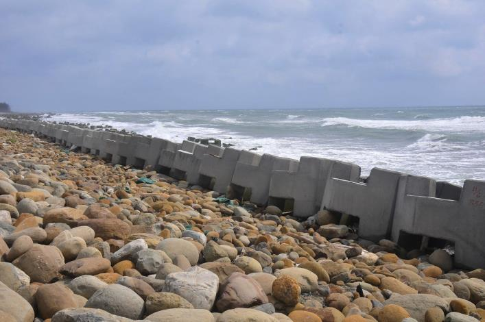 海埔西堤曾於去年泰莉颱風來襲時遭受重創,目前已填補缺口
