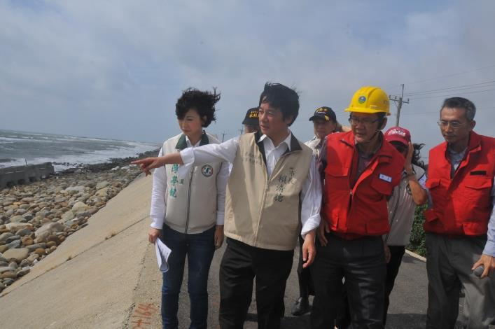 蘇力颱風賴市長視察七股海埔西堤工程(旁為六河局局長黃世偉)