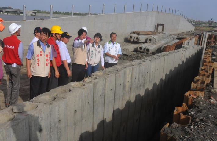賴市長視察鯤江溝治水防洪工程,檢視其颱風緊急因應措施