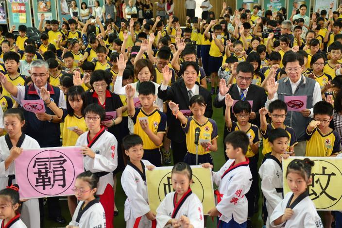 賴市長與大港國小小朋友一同做登革熱防疫宣導宣示