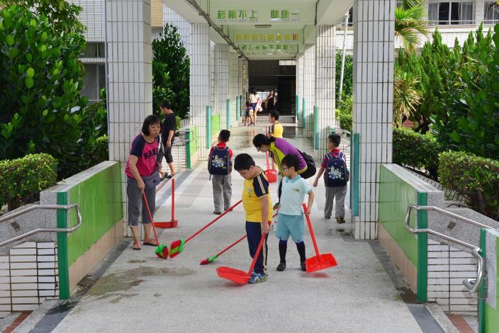 學童一大早到校就認真打掃校園環境