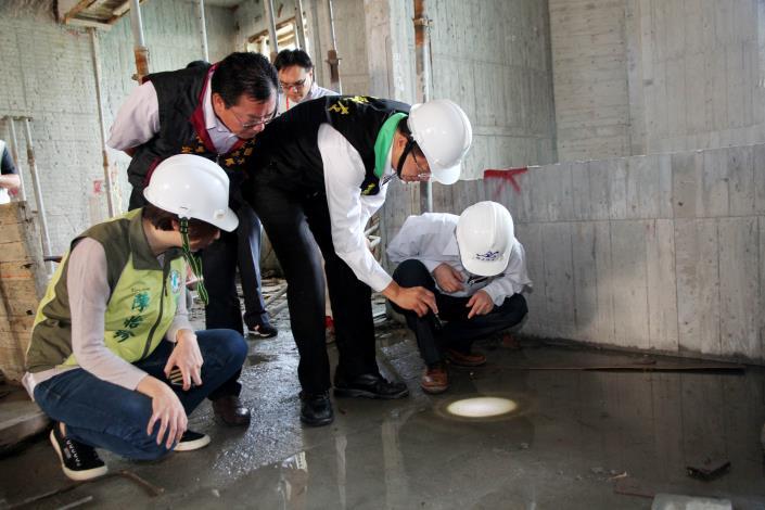 顏副市長視察文元國小內工地積水情形