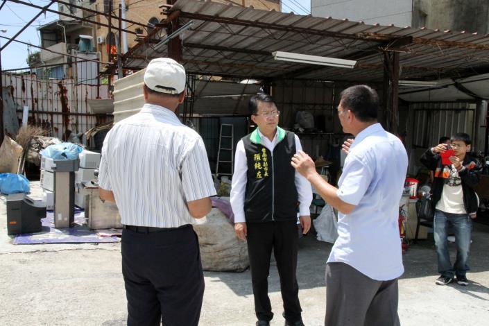顏副市長到大武街大型資源回收廠稽查防疫情形