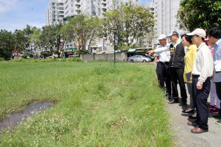 顏副市長到北區(原美國學校舊址)視察登革熱防疫情形及積水狀況