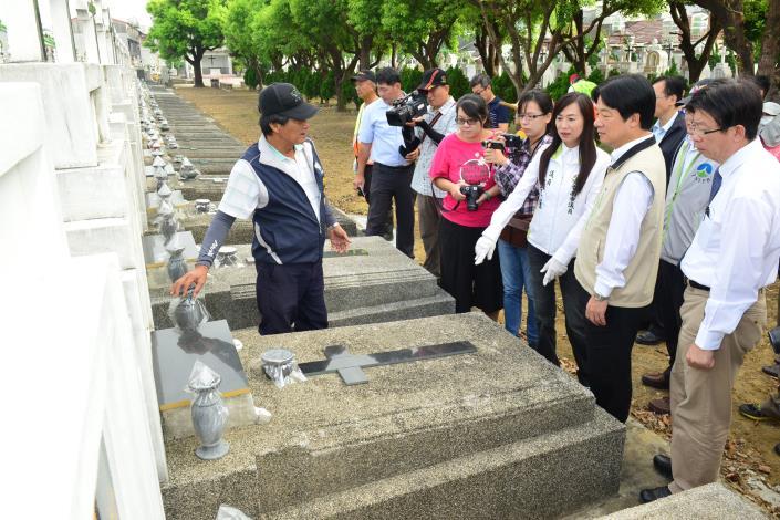三合里將鄰近公墓的積水容器用密封袋確實包封