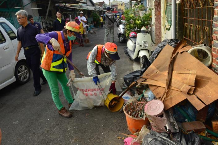 三合里志工協助里內清除廢棄物