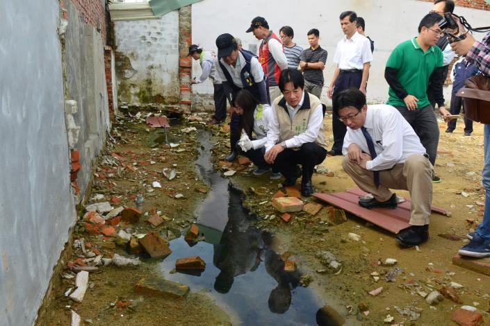賴市長視察三合里內工地並稽查有無孳生源於積水內