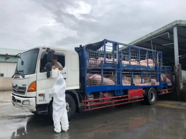 臺南市動物防疫保護處人員執行運豬車輛加裝即時追蹤系統(GPS)稽查及勸導