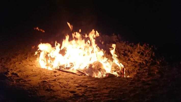 圖二、豬隻屍體就地焚毀後,灑生石灰就地掩埋