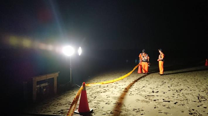 圖三、海巡署弟兄拉起警戒帶,封鎖管制,並協助挖洞掩埋