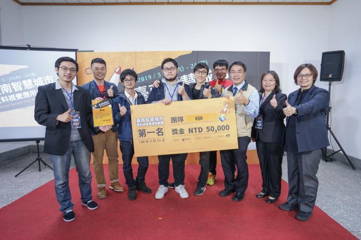 市長頒發第一名團隊 - KOH