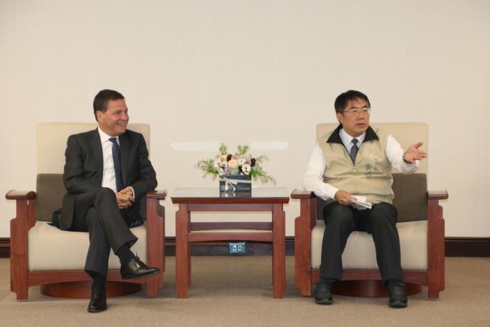 微軟全球資深副總裁Alain Crozier記者會前拜訪黃偉哲市長.JPG