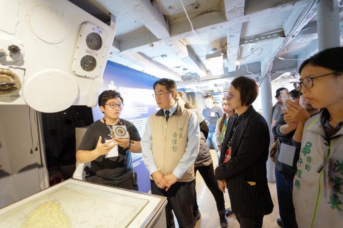 市長參觀公民展示區-數位製造復刻航海鐘.JPG