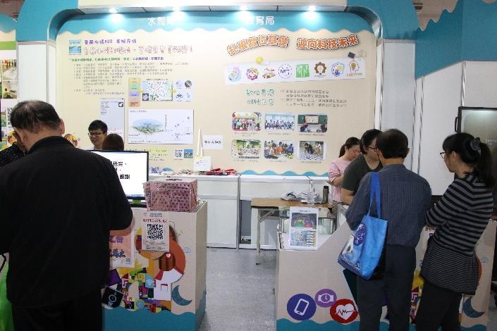 遊客參觀臺南市政府館