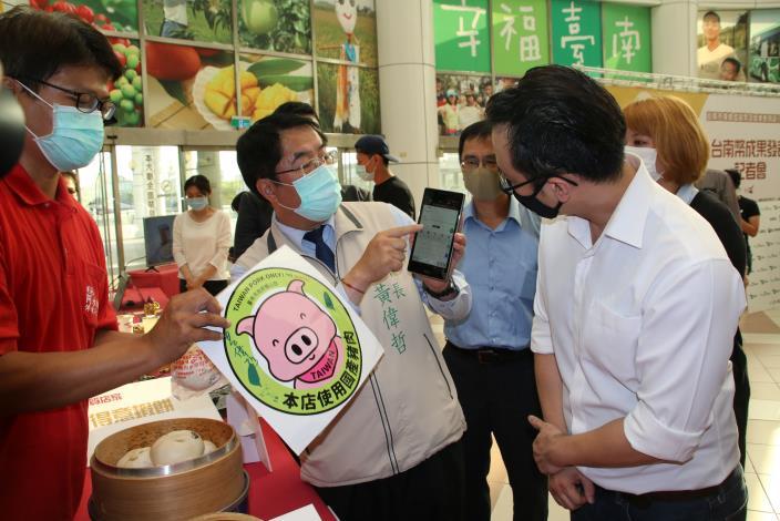黃市長體驗台南幣到店支付