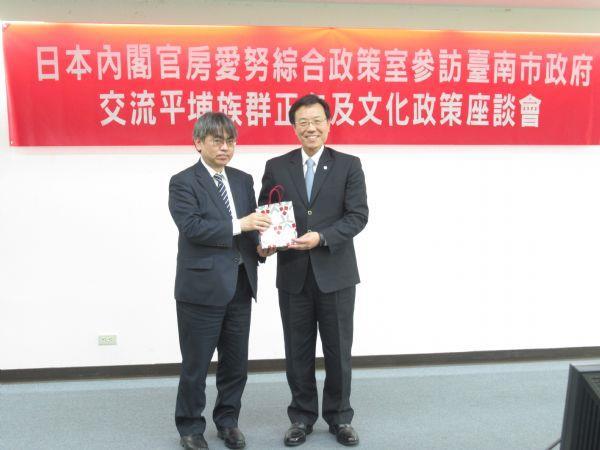 日方參訪團代表-小山寬參事官致贈禮物