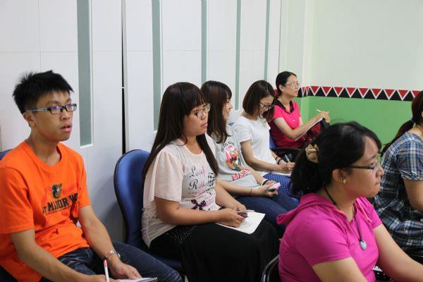 學員認真聆聽課程內容