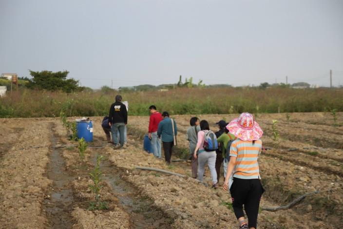 遇到熱情的民眾提供在挖掘魚塭整地時,所發現的文物給學員們欣賞指教