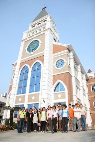 葉高華教授與茅明旭老師與參與之學員在教堂前合影