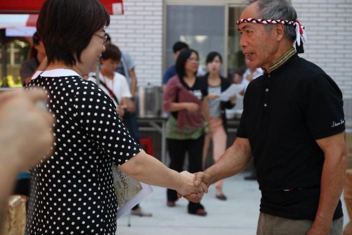 陳秘書長和來賓握手